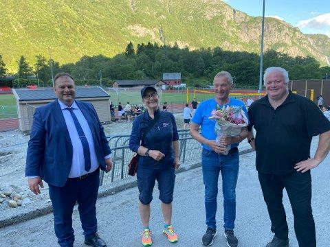 Gir seg: Isak Reisæter (nummer to fra høyre) sammen med ordfører Roald Aga Haug, Ann-Kristin Aas fra Vestland idrettskrets, og gjenvalgt leder i idrettsrådet Arnfinn Førsund. Foto: Privat