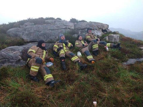 En lokal gruppe fra Ullensvang brann og redning bistod natt til torsdag i arbeidet med å slukke skogbrannen på Sotra utenfor Bergen. Mannskapene fikk utdelt en teig som de holdt vakt ved.