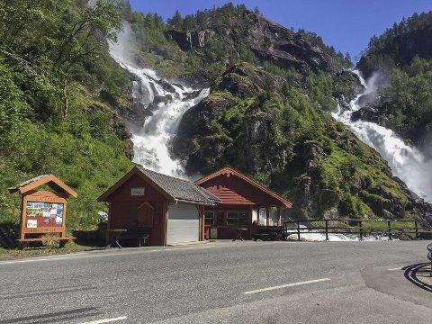 Foreløpig stengt: Kiosken ved Låtefoss har fått nye eier, men er foreløpig ikke åpnet for sesongen. Foto: Privat