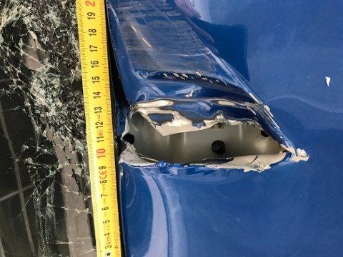 Hol i taket på bilen etter ulykka. Etterforskingsleiar Paul Henriksen seier det er flaks at det ikkje gjekk verre. Bileta er sendt HF med samtykke frå førar og bileigar.