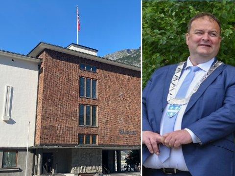 MERKEDAG: Ordfører i Ullensvang, Roald Aga Haug, gleder seg over investeringen til Boliden. Onsdag ettermiddag var flagget på rådhuset heist.