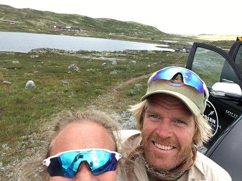 Kristin og AK Glück-Teigland med Fagerheim fjellstove i bakgrunnen.