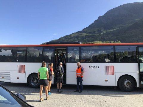 HEKTISK: Shuttelbus Hardanger har også denne sommaren transportert eit stort tal Dronningsti-turistar. Shuttelbus Hardanger og Per Olav Opedal (t.h.) har leigd store bussar frå Tide Buss.  Foto: Eli Lund