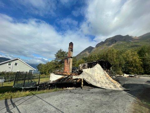 BRANT NED: Huset som ble slukt av flammene brant ned til grunnen. To barnefamilier mistet alt de eide.