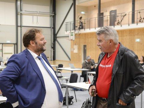 Fjordahallen: Terje Kollbotn (Rødt) fikk ikke medhold i forslaget om å oppheve vedtaket om anbudsprosess og tjenestepensjon. Her er han i samtale med ordfører Roald Aga Haug (Ap), til venstre. Foto: Ernst Olsen