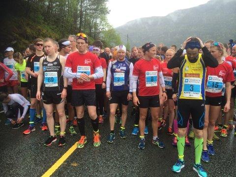 PÅ STARTSTREKEN: Sjur Røthe (i midten) deltok i Ølmedal Rundt. Foto: Odd Kåre Grøttland
