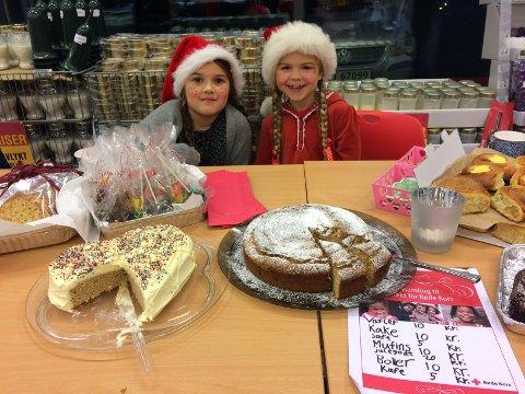 NISSEJENTER: Mali Knudsen og Eline Meyer, begge 7 år gamle, solgte kaker, boller og hjemmelaget julesnop til inntekt for trengende barn i Syria. Foto: Privat