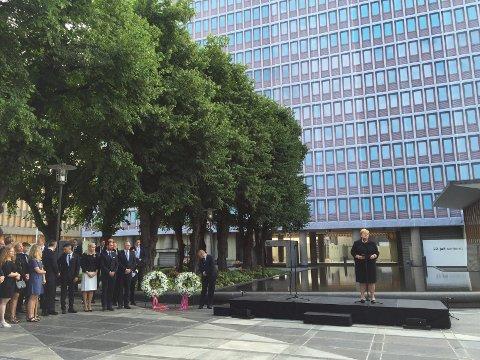 På femårsdagen etter terrorangrepene 22. juli 2011, var det markering i regjeringskvartalet, gudstjeneste i Oslo domkirke og en egen markering på Utøya. Her fra markeringen i regjeringskvartalet. Foto: Arnstein Olaisen/Haugesunds Avis