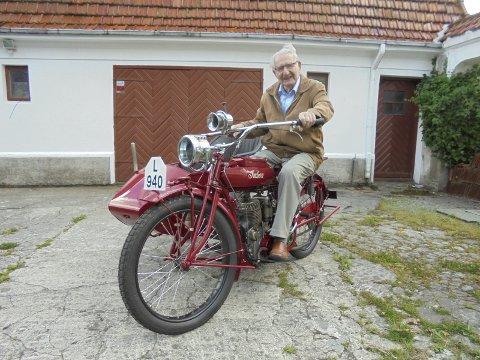 FARENS MC: Erik Kongshavn på motorsykkelen hans onkel nyregistrerte 23. august 1916. Hans far overtok Indian-en senere samme år og til 1927. Siden har den stått i kjellere.