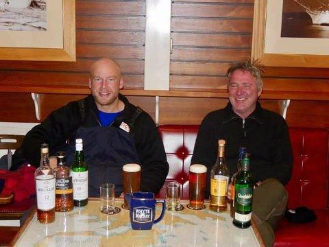 VARM VELKOMST: I Lerwick ble yatchklubben holdt åpen for Erik Aanderaa og Sigurd Utbjoe natt til lørdag. Foto: Stephen Johnston