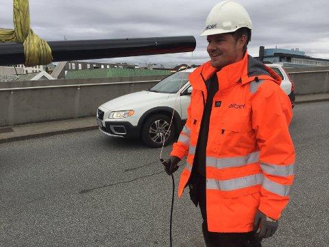 STRØM: Ledningene er allerede trukket. Bjarne Tollefsen bidrar med koblingene før mastene heises på plass.