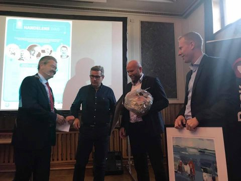 Årets Handelsbedrift: Ordfører Arne-Christian Mohn delte ut prisen til daglig leder Odd Terje Melkevik, Roger Engedal, butikksjef Raglamyr og Trond Erik Jacobsen, eier.