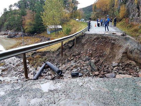 Mer enn 340 eiendommer ble isolert etter at fylkesvei 291 i Snillfjord i Sør-Trøndelag ble ødelagt flere steder på grunn av flomvann forrige uke.