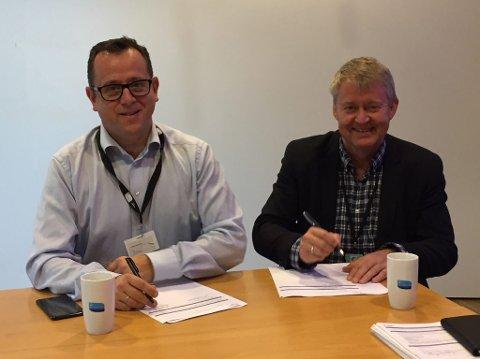 SOLCELLEPROSJEKT: Daglig leder Heine F. Birkeland (f.v.) i Norske Soltak og John Harald Jakobsen, Direktør for Haugaland Kraft Energi, skal samarbeide om solenergi på Haugalandet.