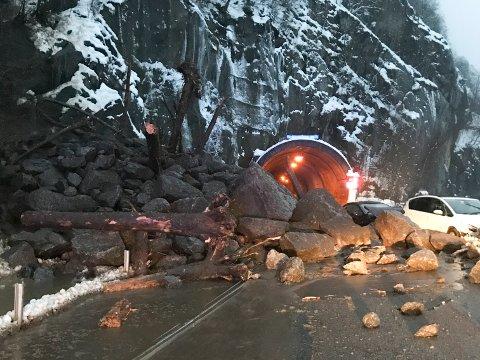 To biler ble fanget av et steinras ved Lausasteintunnelen på riksvei 13 i Odda i Hordaland.