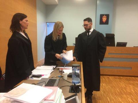 I retten: F.v. Bistandsadvokat for jentene, Elisabeth Rød, politiadvokat Marte Engesli Lysaker og den tiltaltes forsvarer Kjetil Ottesen.