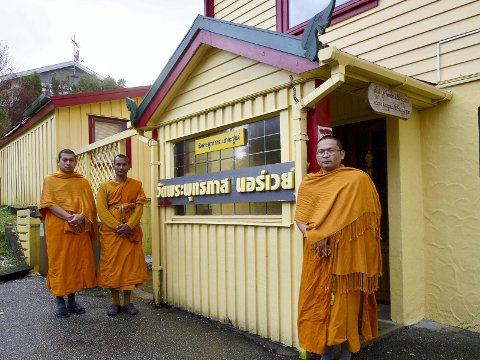 Langt heimanfrå: Munkane Pali Sontamono (40), Phra Thanarat Janthapato (39) og Phra Sirichai Banchong (38) frå Bangkok gjer teneste i tempelet til Wat Buddhapas Samfunn Haugesund som ligg i Kopervik.