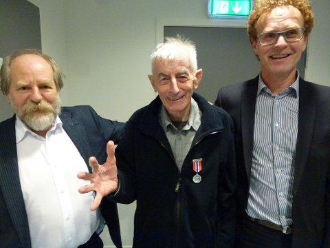 HEDRET: Haugesund idrettslag hedret torsdag kveld Arne Innbjo for hans innsats som trener for mosjonistene i over 40 år. Fra venstre: Kåre Osnes, Arne Innbjo med hederstegnet og Sigbjørn Nesheim.