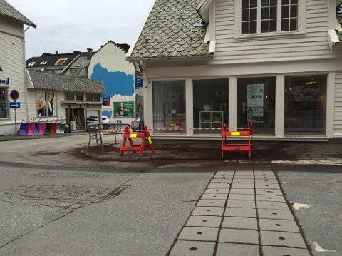 KOLLIDERTE: Bilen traff rekkverket tvers over gata fra hovedinngangen til Markedet. Foto: Magnus Berning