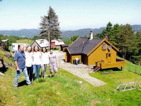 I NORGE: Kirk Mies med døtrene Elisabeth og Emilie, kona Renée og sønnen Ethan på Rossadal i fjor.