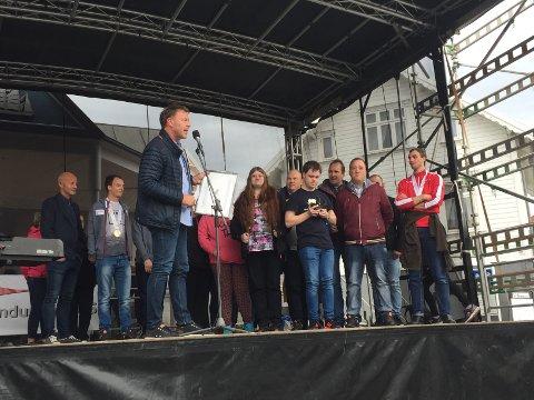 Ole Egil Flotve (bak til venstre) og gjengen på Solstein. Prisen ble delt ut av banksjef Alf Inge Flokketvedt.