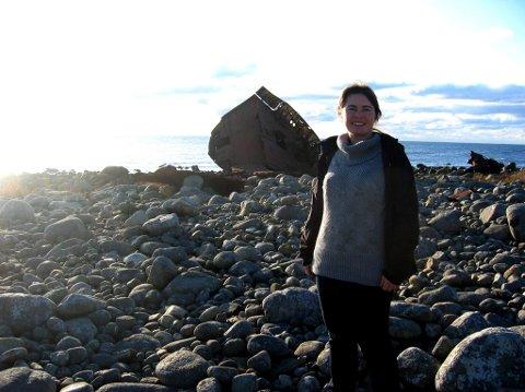 I FJÆRA: Kristin Halleland Thorsen koser seg i fjæra. Her finner hun alt hun trenger av rekved. Foto: Privat