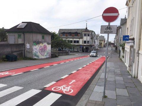 Skjoldavegen mot vest. Sykkelfeltet opphører når du kommer til Sørhauggata. Når været tillater det, blir rød løper for sykkel videre ned til strandgata.