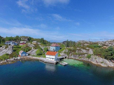 Ønsket av flere: Skinnhueneset 91 på Bømlo. Både det hvite og det blå naustet hører til eiendommen.