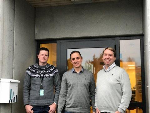 NY KONTRAKT: F.v Heine Varde Prosjektleder Husøy Dokk, Truls Opsøen prosjektleder Steinsvik, Ernst Olav Helgesen Teknisk sjef Sjø Bremnes Seashore.