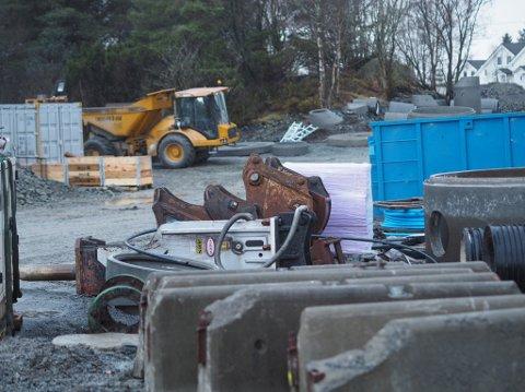 GRAVER: Karmøy kommune graver på Mykje, men mandag kveld var arbeidet høylydt – uten at naboene var informert.