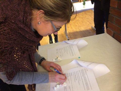 Nora Olsen-Sund var en av dem som signerte avtalen om flyktningguide på Karmøy.