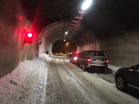PÅ VEI VESTOVER: Svandalsflonatunnelen søndag kveld. Venter på følgebil.