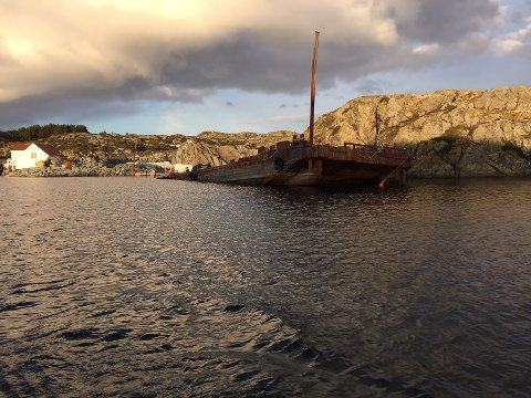 HAVARERTE: Denne lekteren skulle til Hillersøy på Røvær, men dårlig vær gjorde at slepet ikke kom så langt. Kystverket anser det ikke foreligger risiko for forurensning.