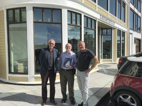 I HAUGESUND: I begynnelsen av september kom Barry Hanke til Haugesund med oversettelsen «Underway». På sin tur til Norge besøkte han blant annet Sjur Lothes etterkommere Sjur Lothe Horn (t.v.) og Sverre Meling jr.