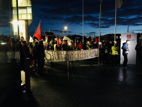 MARKERING: I oktober stilte 150 personer fra forskjellige fagforeninger opp utenfor Statens vegvesen i Haugesund for å støtte de streikende i Traftec.
