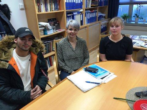 IKKE REDDE: Rektor Solveig Rossebø Kalstad (i midten) sammen med Haugaland-elevene Alexander Da Silva og Ingeborg Vea Olsen snakker sammen etter voldsepisoden på skolen.
