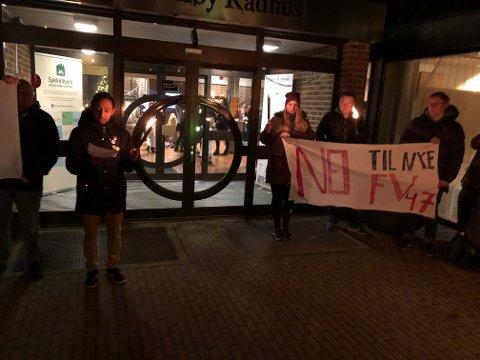 Rundt 20 personer demonstrerte mot omkjøringsveien. Her holder Kristian Mateo Norheim apell.