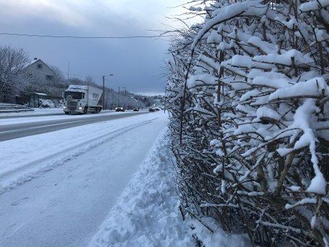 HVITT TEPPE: Mandag formiddag var det fortsatt hvitt i Karmsundgata, men det varer ikke lenge. Meteorologen melder om vått og vindfullt vinterferievær på Haugalandet.