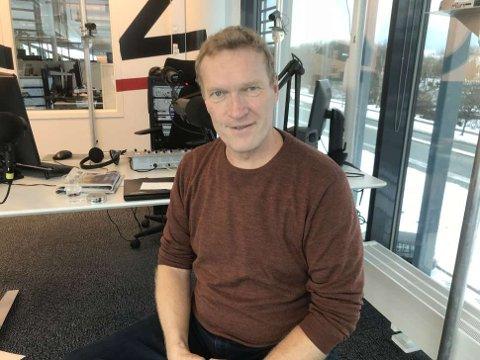 Sven Nordin på besøk i 102-studio før kveldens forestilling i Tysværtunet. Foto: Egil Houeland/102.