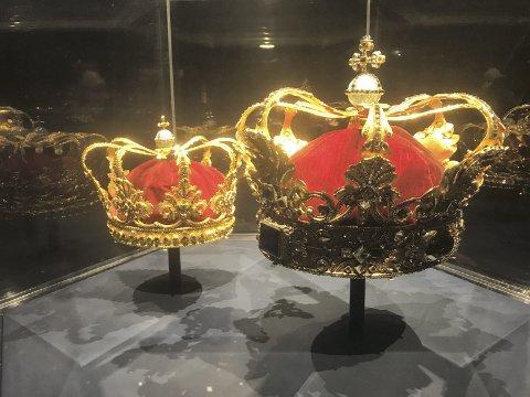 Forskjell: En liten dronning- og en stor kongekrone på Rosenborg slott i København.