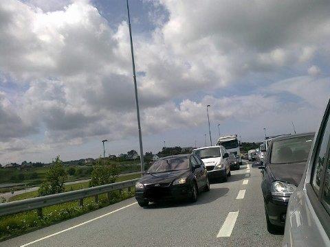 KØ: Bildet er tatt en gang da det var kø opp Karmsund bru. Når bilene kommer for nære hverandre under normal kjøring kan politiet reagerer med kraftige bøter.