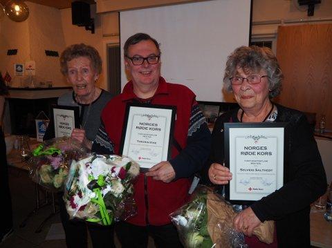 FORTJENSTEDIPLOM: Margareth Sætre, Torgrim Eide og Solveig Saltvedt fikk Norges Røde Kors fortjenstediplom med nål.