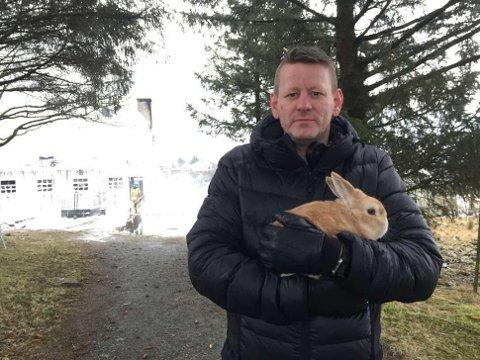 TUASTAD GÅRD: Daglig leder Bjørn Orhammer håper noen kan hjelpe med å få gården på beina igjen.
