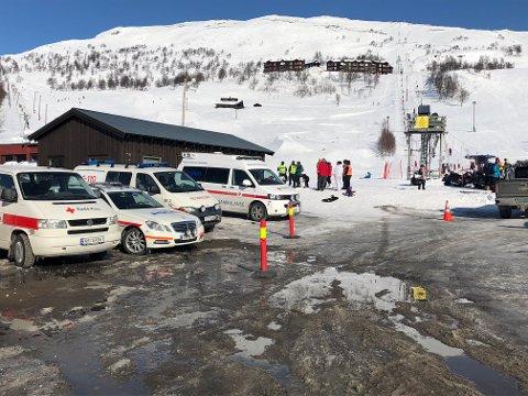 Røde kors bistår i arbeidet med de skadde etter ulykken.