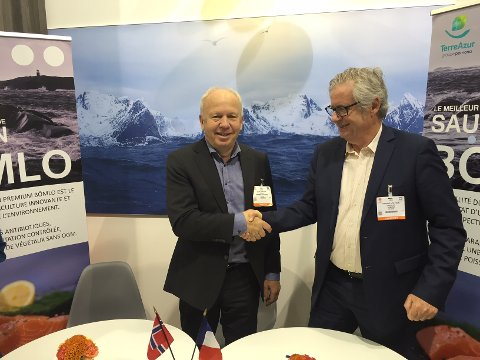 Konsernsjef Olav Svendsen (t.v.) i Bremnes Seashore og innkjøpsdirektør Vincent Holveck i Pomona Terre Azur spikret avtalen i Brussel onsdag.