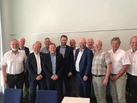 Fra venstre: Geir Ketil Hansen (varaordfører Narvik), Arnt Abrahamsen (ordfører Farsund), Ola S. Apeland (varaordfører Tysvær), Steinar Bergsland (formannskapet Tinn), Petter Sortland (ordfører Høyanger), Asbjørn Birkeland (ordfører Sauda), Per Sverre Kvinlaug (ordfører Kvinesdal), Nils Olav Larsen (ordfører Vennesla), Geir Waage (ordfører Rana), Bernhard Riksfjord (ordfører Aukra), Ståle Refstie (ordfører Sunndal), Trygve Bolstad (formannskap Odda) og Sindre Martinsen-Evje (ordfører Sarpsborg).