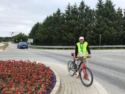 HOLDER VAKT: Frode Vittersø holder vakt i krysset Skeisvollsvegen/ Tittelsnesvegen under Haugesund Triatlon. Flere veier er stengte eller får redusert framkommelighet.