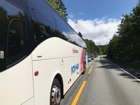 På Sveio-siden strakte køen seg ved 14.15-tiden helt til avkjørselen til Liareid.