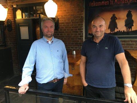 Jacob Johnsen og Ottar Brakstad er innehavere av Folkepuben. Etter flere smittevernkontroller, har smittevernlegen varslet at puben kan bli stengt.