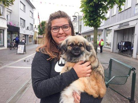 Hanne Høines med hunden Jenny av rasen tibetansk spaniel.